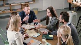 Equipe do negócio na tabela encontrando os povos diversos que participam em ideias sustentáveis criativas no escritório startup m vídeos de arquivo