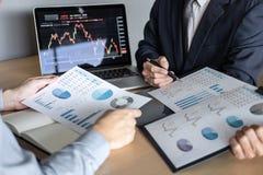 Equipe do negócio no encontro ao projeto da troca do investimento e à estratégia planejando do negócio em uma bolsa de valores co imagens de stock royalty free