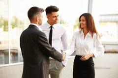 Equipe do negócio Os povos agitam as mãos que comunicam-se um com o otro Fotografia de Stock