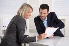Equipe do negócio ou traje e cliente bem sucedidos em uma reunião imagem de stock