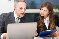 Equipe do negócio: pares de empresários Imagens de Stock