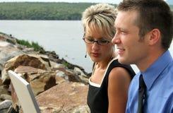 Equipe do negócio pelo rio Fotografia de Stock Royalty Free