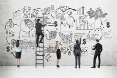 Equipe do negócio perto do muro de cimento com esboço startup fotos de stock royalty free