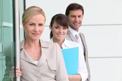 Equipe do negócio por uma porta Fotos de Stock Royalty Free