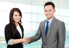 Equipe do negócio que agita as mãos Imagem de Stock Royalty Free