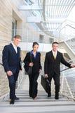 Equipe do negócio que anda acima das escadas Fotografia de Stock