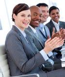 Equipe do negócio que aplaude uma apresentação foto de stock