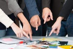 Equipe do negócio que aponta a uma escolha universal Foto de Stock Royalty Free