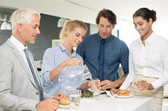 Equipe do negócio que aprecia o almoço fotografia de stock