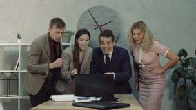 Equipe do negócio que comemora o lançamento bem sucedido do negócio video estoque