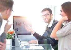 Equipe do negócio que discute cartas financeiras fotos de stock