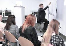 Equipe do negócio que discute ideias novas na sala de conferências foto de stock royalty free