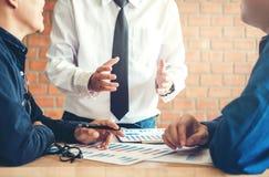Equipe do negócio que discute na estratégia criativa A do planeamento da reunião Imagens de Stock Royalty Free