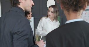 Equipe do negócio que discute na reunião do escritório filme