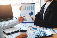 Equipe do negócio que encontra o planeamento da estratégia com finança nova do plano do projeto da partida e o gráfico da economi fotos de stock