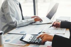 Equipe do negócio que encontra o planeamento da estratégia com finança nova do plano do projeto da partida e o gráfico da economi imagem de stock