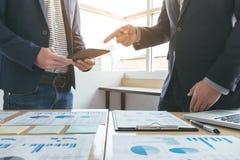 Equipe do negócio que encontra o presente ideia da apresentação do secretário e relatório novos da fatura ao acionista profission fotografia de stock royalty free