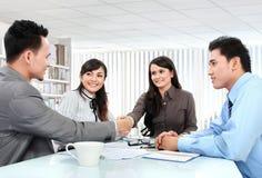 Equipe do negócio que faz um negócio Imagem de Stock