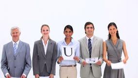 Equipe do negócio que guarda as letras que fazem a palavra CONFIANÇA Imagem de Stock Royalty Free