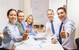 Equipe do negócio que mostra os polegares acima no escritório Foto de Stock