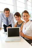 Equipe do negócio que mostra a satisfação Fotos de Stock