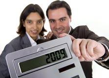 Equipe do negócio que prende uma calculadora Fotografia de Stock