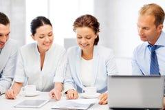 Equipe do negócio que tem a discussão no escritório Imagens de Stock