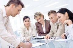 Equipe do negócio que tem a reunião Imagem de Stock Royalty Free