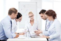 Equipe do negócio que tem a reunião no escritório Fotografia de Stock Royalty Free