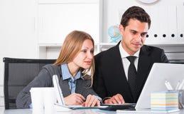 Equipe do negócio que trabalha com computador fotos de stock royalty free