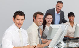 Equipe do negócio que trabalha com computadores em um escritório Imagem de Stock