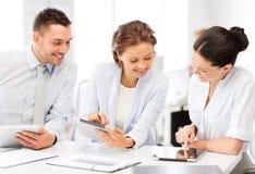 Equipe do negócio que trabalha com os PCes da tabuleta no escritório Imagem de Stock Royalty Free