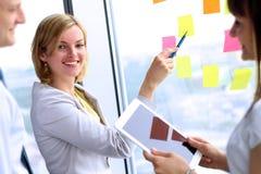 Equipe do negócio que trabalha com tabuleta e etiquetas digitais no escritório Fotografia de Stock Royalty Free