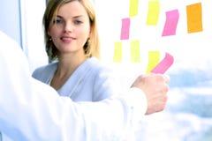 Equipe do negócio que trabalha com tabuleta e etiquetas digitais no escritório Fotografia de Stock