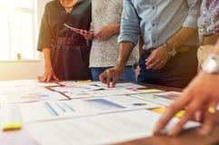 Equipe do negócio que trabalha em gráficos imagens de stock royalty free