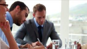 Equipe do negócio que trabalha junto em uma reunião filme