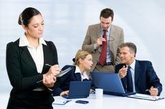 Equipe do negócio que trabalha junto no escritório fotografia de stock royalty free