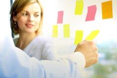 Equipe do negócio que trabalha no escritório com etiquetas Foto de Stock Royalty Free