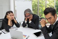 Equipe do negócio triste e que resolve o problema na sala de reunião no fora imagem de stock