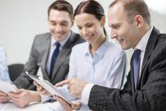 Equipe do negócio com o PC da tabuleta que tem a discussão Imagens de Stock