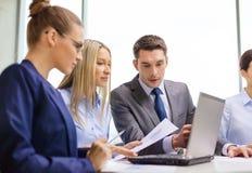Equipe do negócio com o portátil que tem a discussão Imagem de Stock Royalty Free