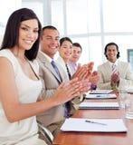Equipe do negócio que aplaude após uma conferência Foto de Stock