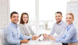 Equipe do negócio que tem a reunião no escritório Imagens de Stock Royalty Free