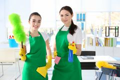 Equipe do serviço da limpeza no trabalho imagens de stock royalty free