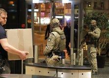 A equipe do soldado de forças especiais com armas durante uma busca no centro de negócios em Kiev, Ucrânia, o 14 de julho de 2017 fotografia de stock royalty free