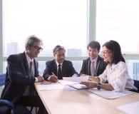 Equipe do trabalho da equipe da reunião do projeto do homem e da mulher de negócio e fora Imagens de Stock