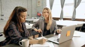 A equipe do trabalho da mulher de negócios dois tem o exame e a colaboração bem sucedida da parceria video estoque
