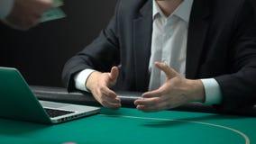 Equipe a doação das microplaquetas do casino que recebem o prêmio do dólar, aposta em linha bem sucedida, fortuna filme