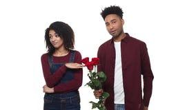 Equipe a doação de uma rosa à mulher para desculpam-se a mulher com a esposa infeliz, irritada recusa a desculpa Problema do rela filme