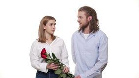 Equipe a doação de uma rosa à mulher para desculpam-se a mulher com a esposa infeliz, irritada recusa a desculpa Problema do rela video estoque